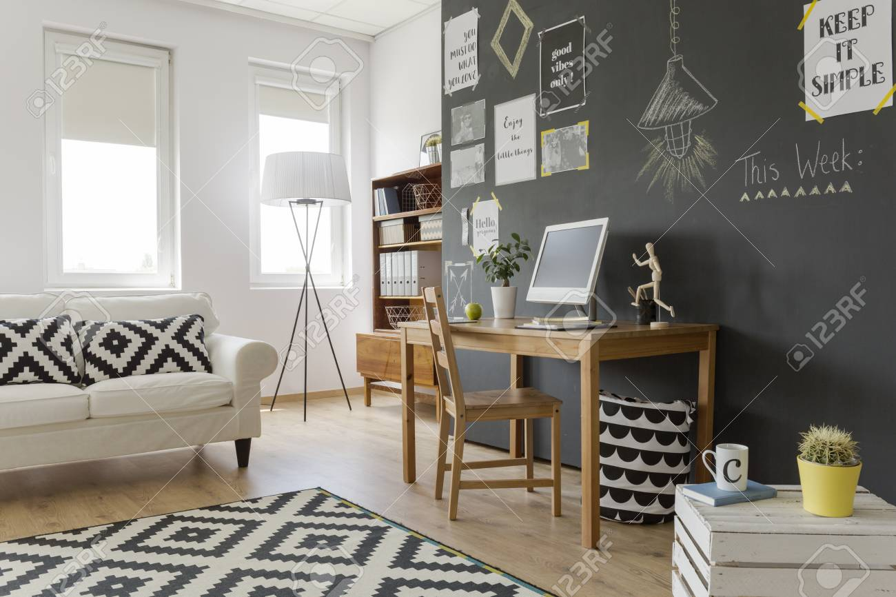 Modern Gestaltete, Helle Zimmer Mit Einer Schwarzen Wand Mit ...
