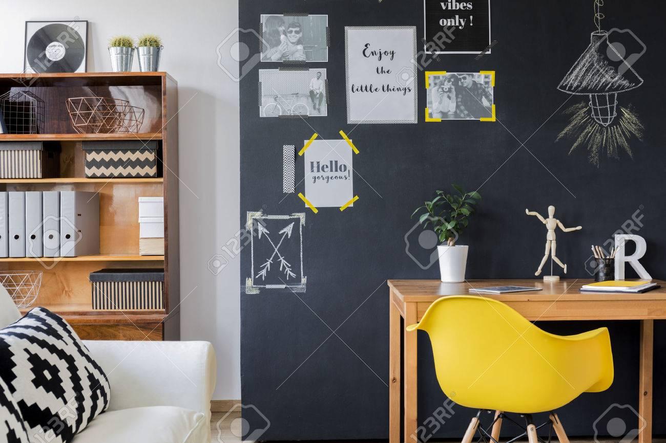Salle conçue moderne avec un mur noir avec des affiches de