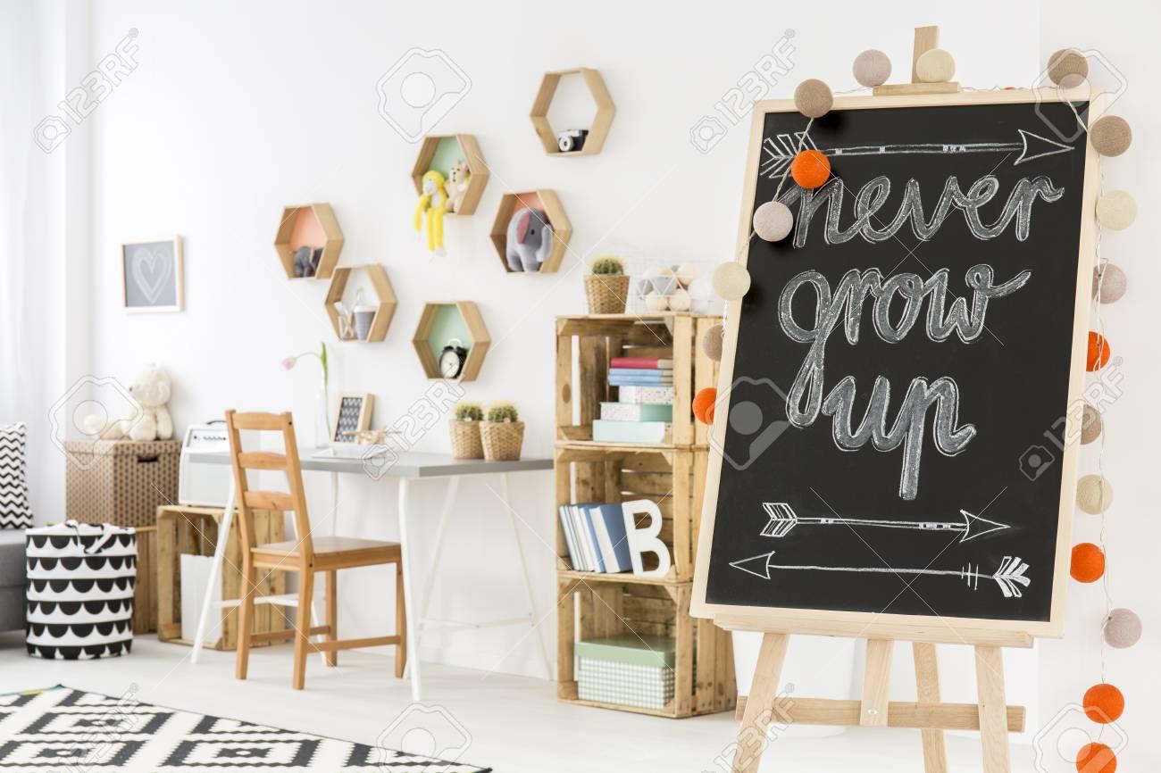 Partie d une chambre d enfant avec un tableau noir sur une étagère