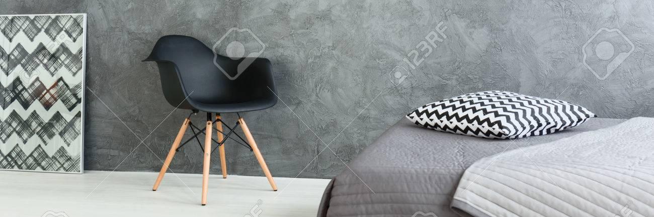 Modernes Design Der Grauen Geräumiges Schlafzimmer Mit Bequemen Bett. Durch  Die Wand Schwarzen Stuhl Standard
