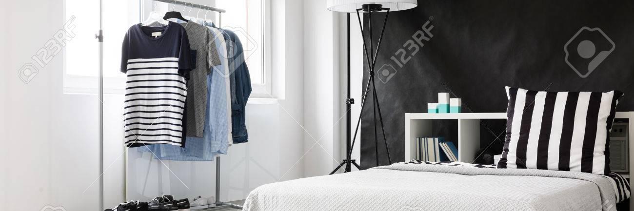 Gut Beleuchteten Raum Ecke Mit Minimalistischem Kleiderstander Und