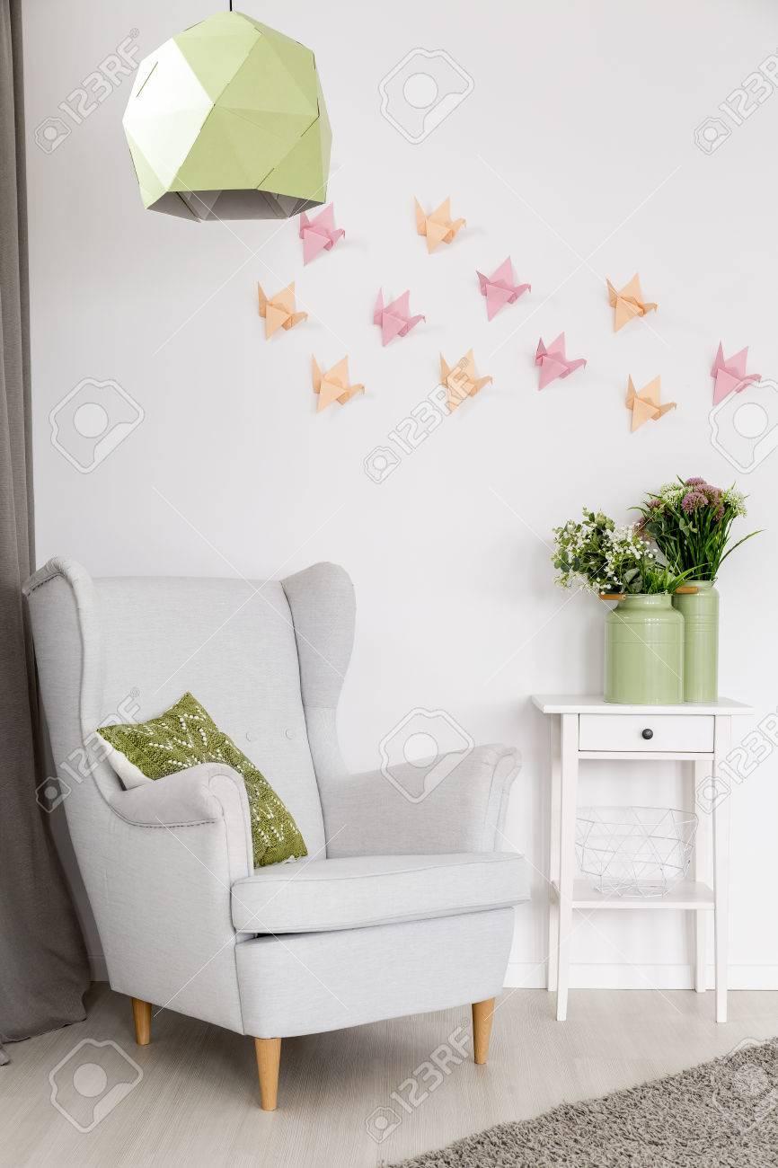 Luz Interior De Una Casa Con Sillon Mesa Auxiliar Lampara De Techo Moderna Y Decoracion De La Pared 3d