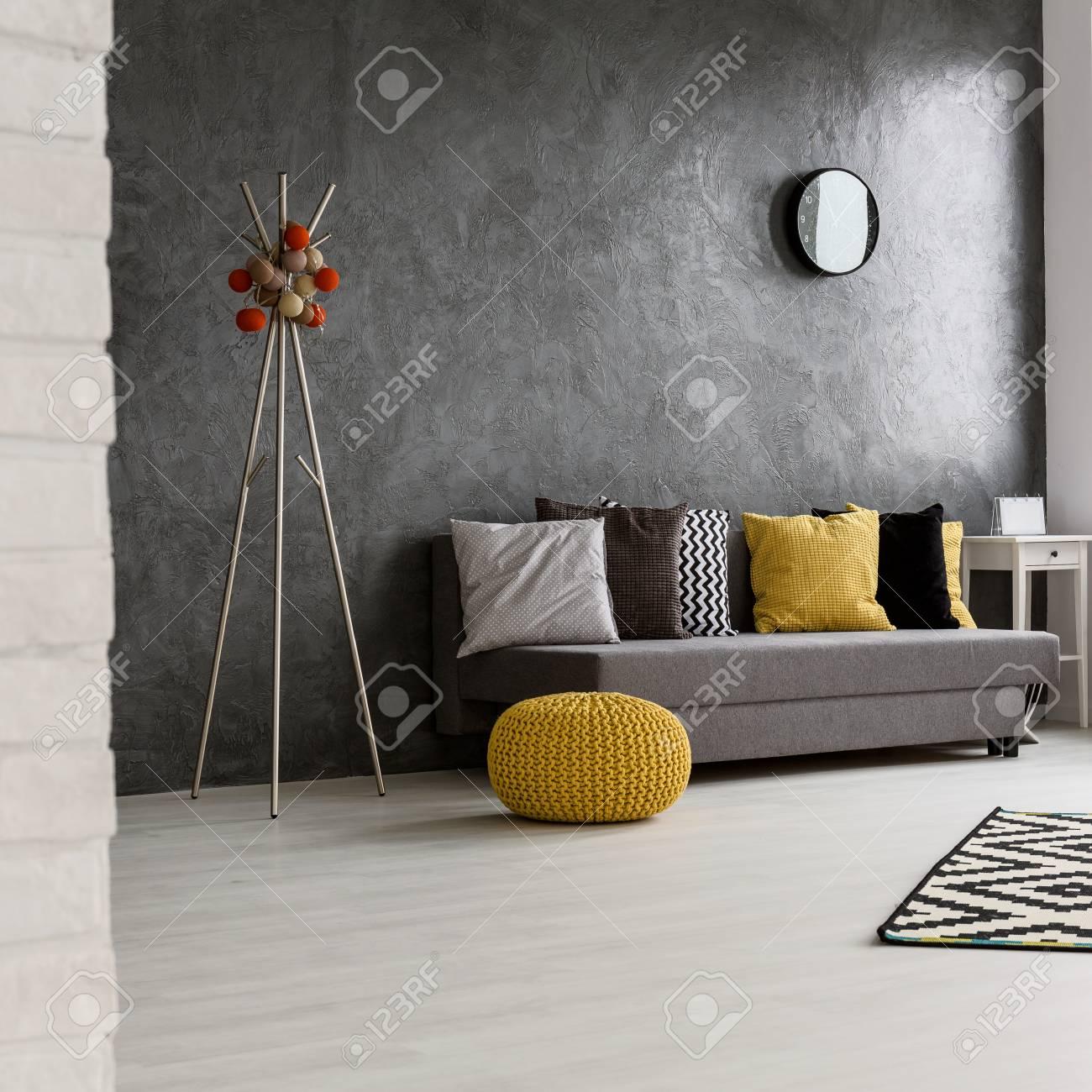 Große Gemütliche Grauen Wohnzimmer Mit Holz Hellen Boden. Durch Die Wand  Sofa Mit Bunten Kissen