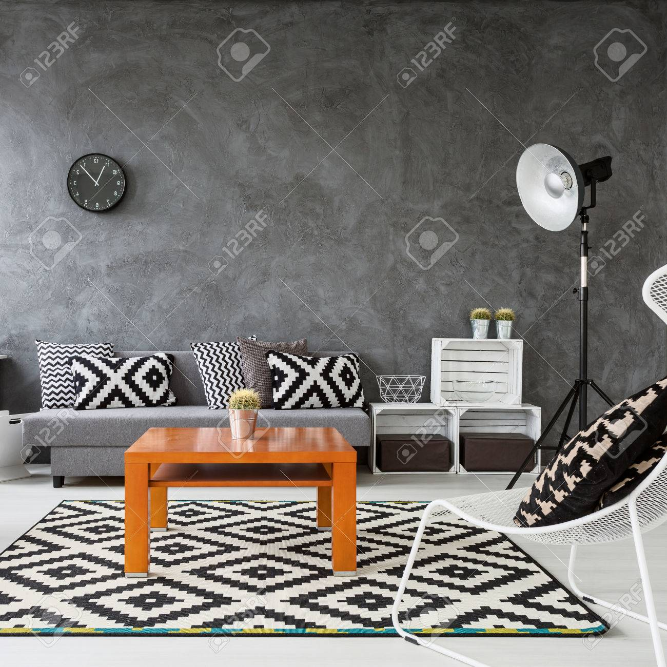 soggiorno con pareti grigie e parquet in legno bianco. decorazioni ... - Decorare Con Pareti Grigie