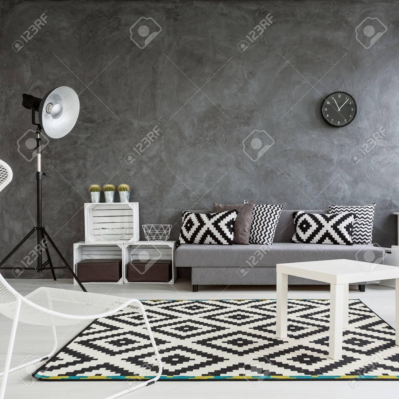ampio soggiorno arredato con stile. pareti grigio, pavimento in ... - Decorare Con Pareti Grigie