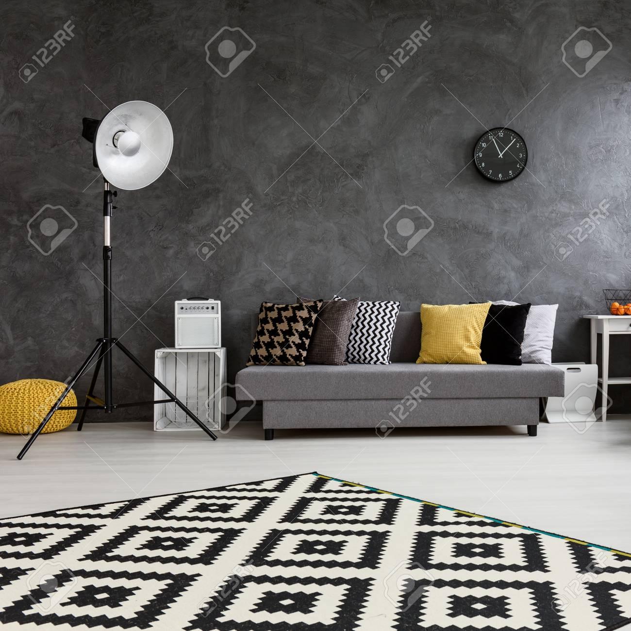 Modernes Wohnzimmer Mit Großem Raum In Der Mitte . Durch Die Decke ...