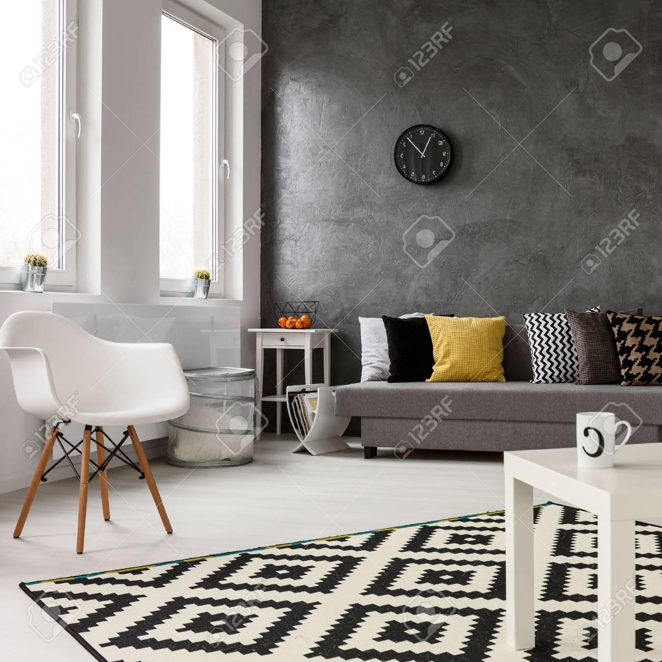 Salon Spacieux Avec Un Design Elegant Moderne Avec Des Murs Gris Et Un Parquet En Bois Blanc Sur Le Tapis Du Plancher