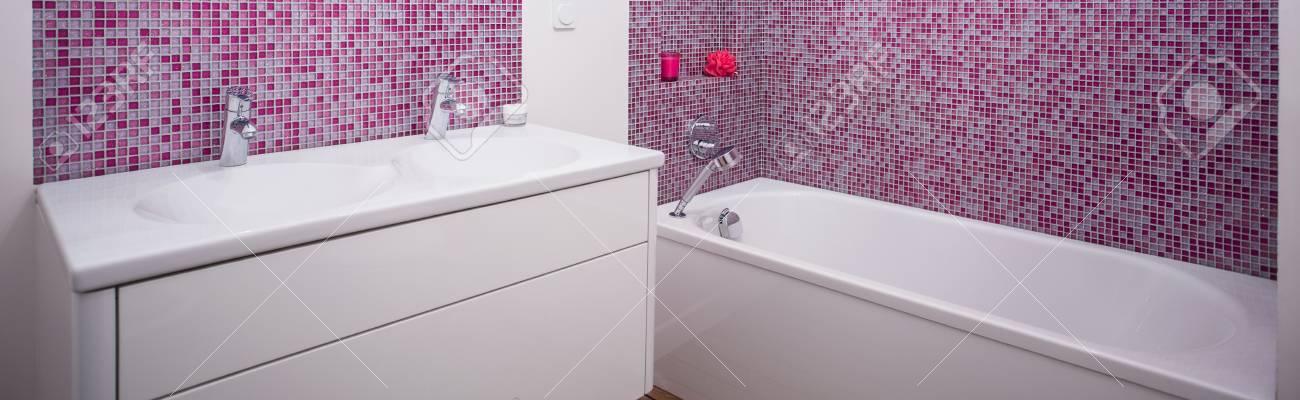 Modernes Badezimmer Mit Weissen Mobeln Und Rosa Fliesen Lizenzfreie