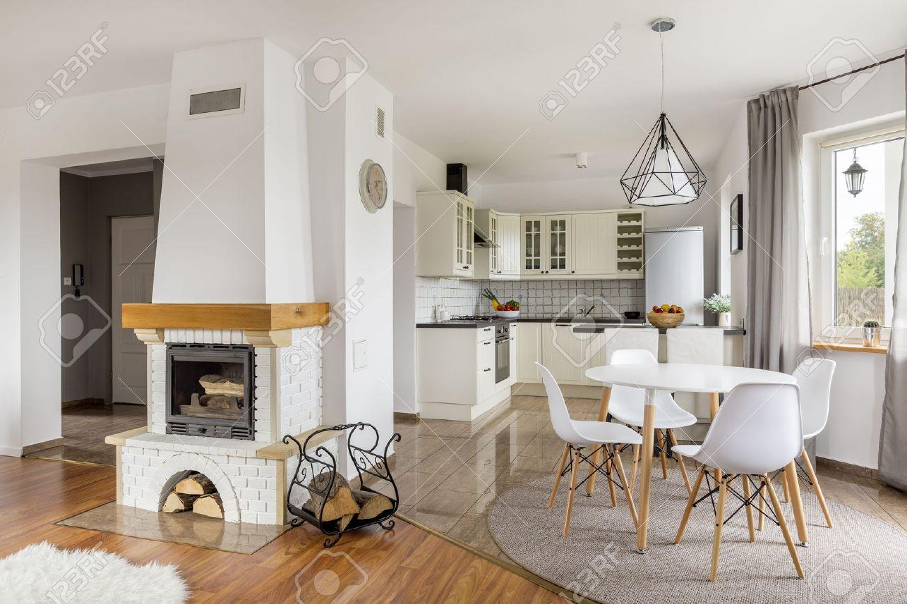 Offene Wohnung Mit Kamin, Essbereich Und Licht Offene Küche ...