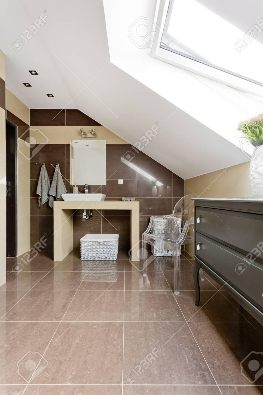 Nouvelle Salle De Bain Mansardee Avec Carrelage Marron Miroir Et