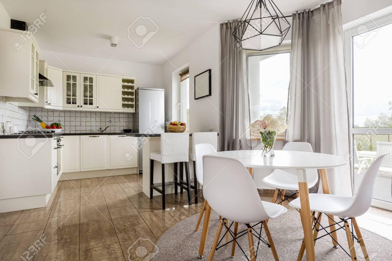 Helle Stilvolle Interieur Mit Runden Tisch, Weiße Stühle Und ...