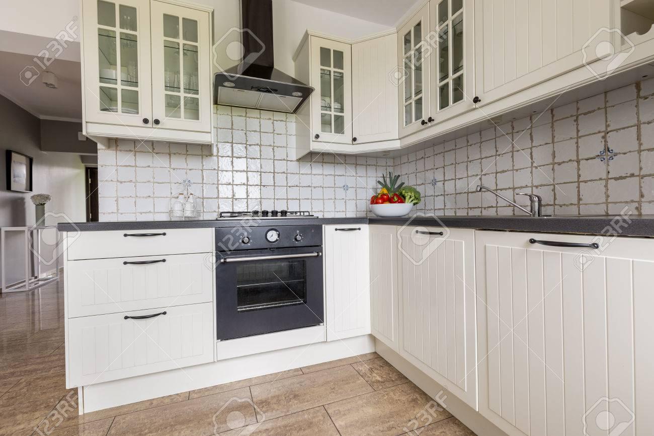 petit intérieur de cuisine fonctionnelle avec un mobilier élégant et