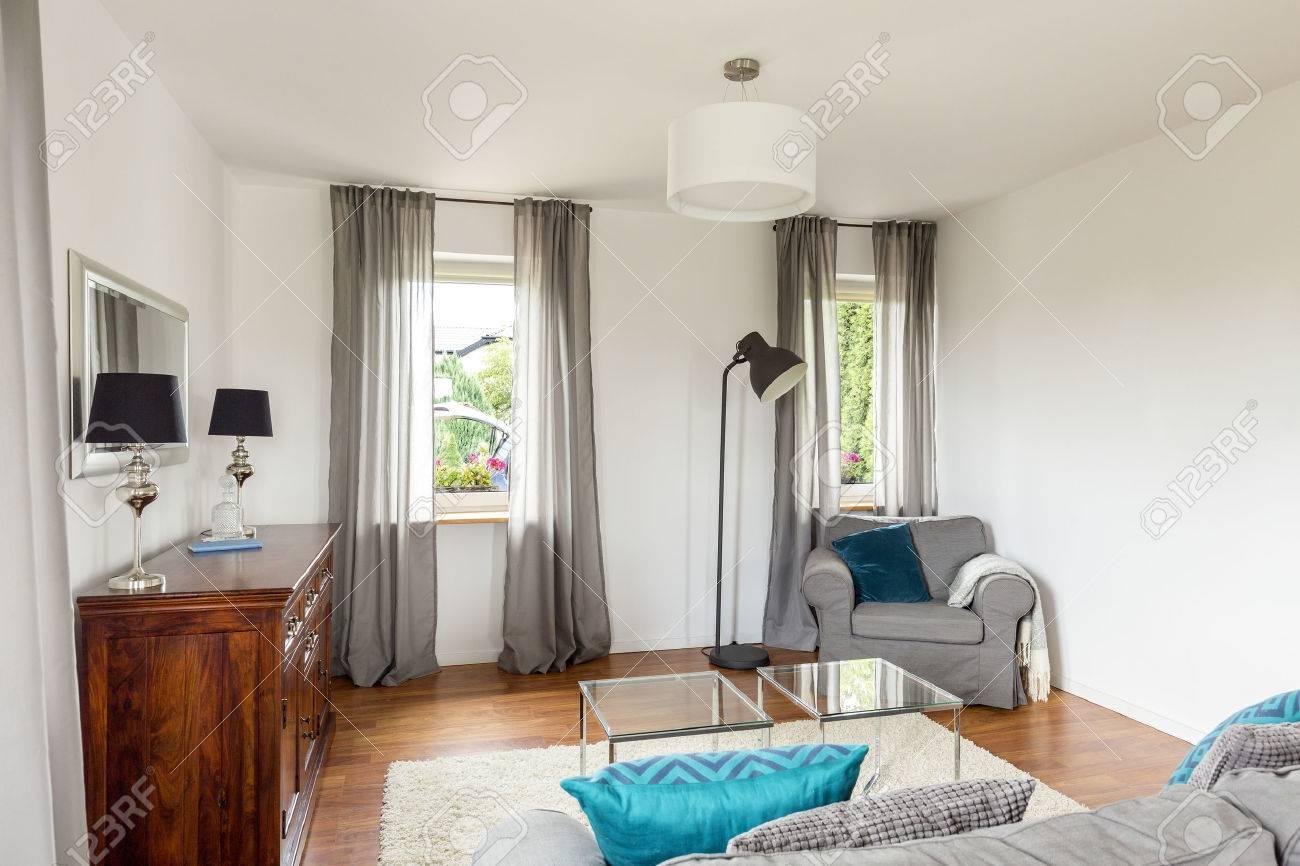 Kleines Wohnzimmer Mit Stilvollen Kommode, Glastisch, Sofa Und ...