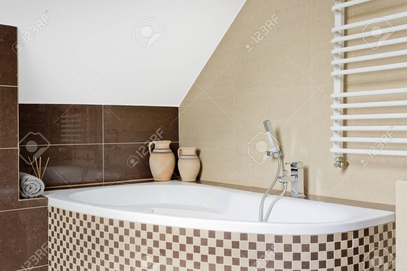 Luxuriöse Badezimmer Interieur In Braun Mit Mosaik Fliesen Badewanne  Standard Bild   63502227