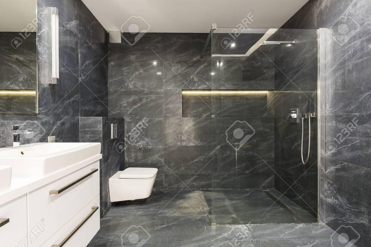 Disparo De Un Cuarto De Baño Blanco Y Negro Elegante Con Una Ducha ...