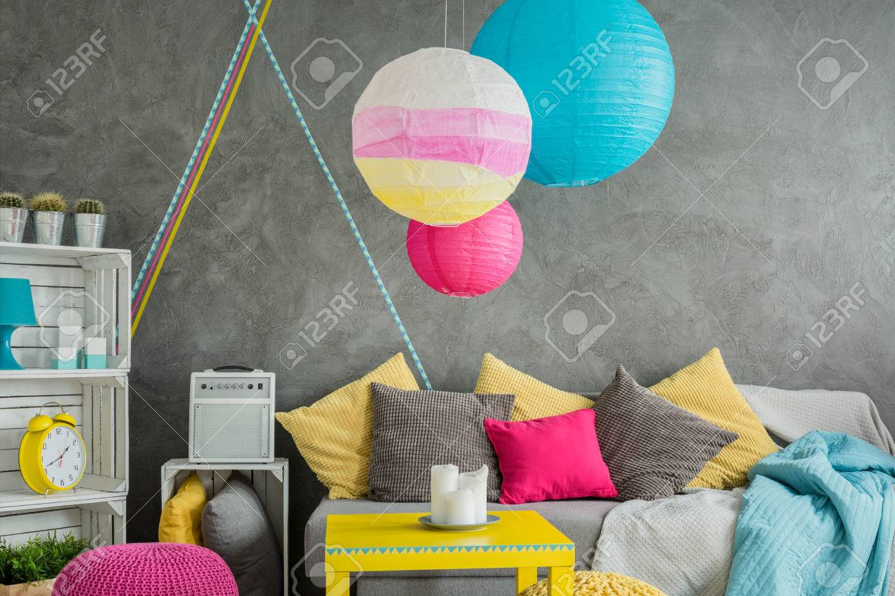 Modernes Zimmer In Grau Mit Stilvollen Möbeln Und Washi Klebeband ...