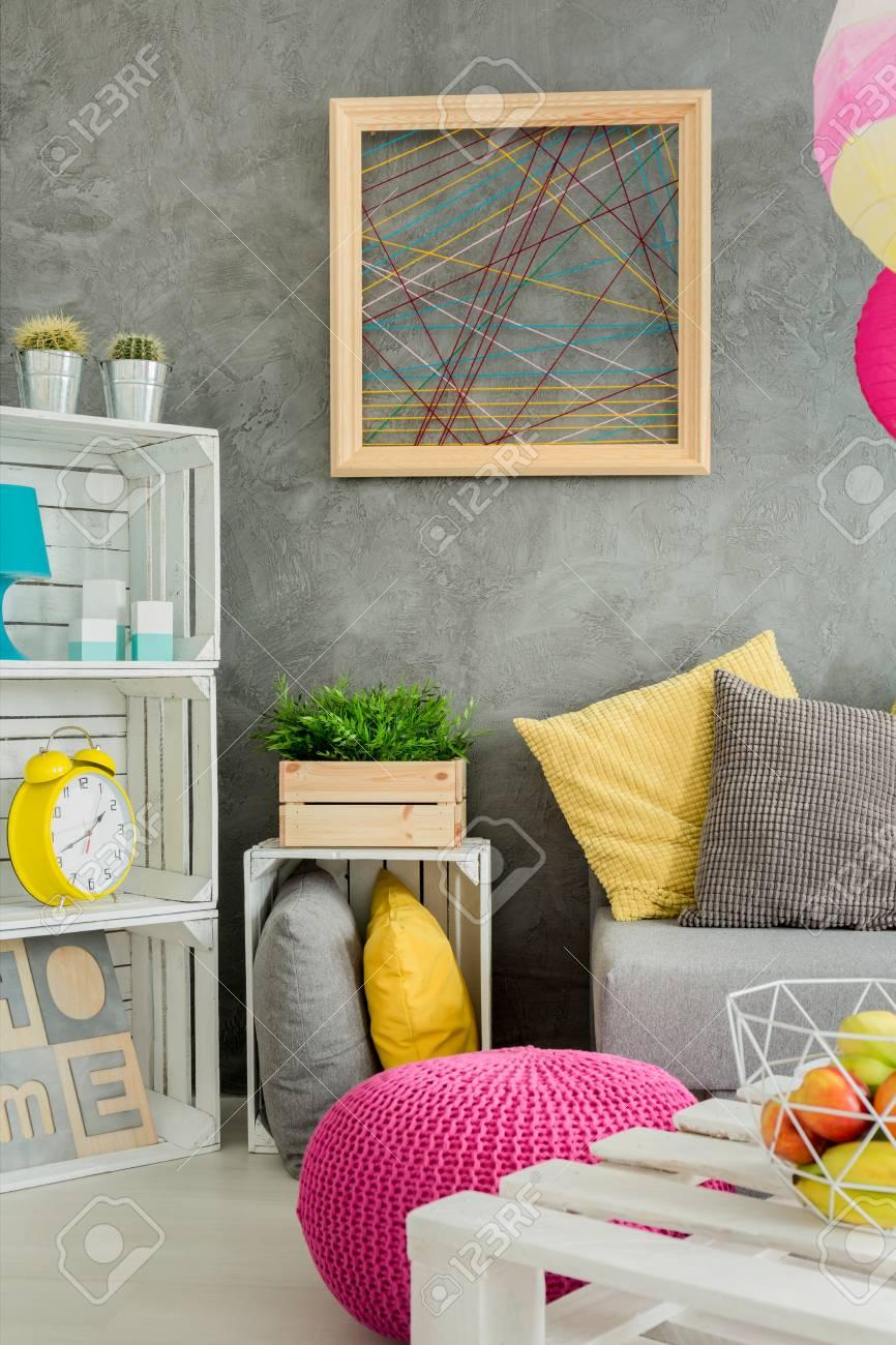Foto Einer Modernen Wohnung In Grau Mit DIY Möbeln Und Dekorativem Wandende  Standard Bild