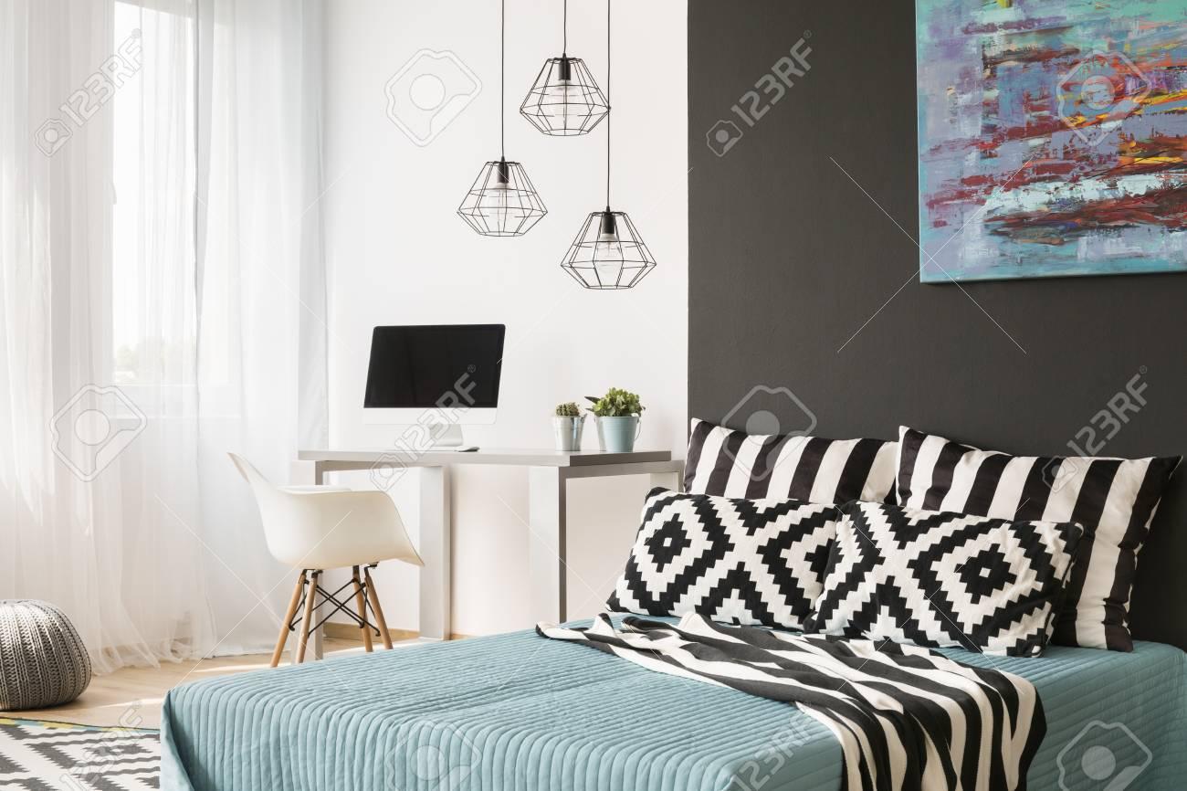 Schwarz Weiß Schlafzimmer Mit Großem Bett, Fenster Und Untersuchungsgebiet  Standard Bild