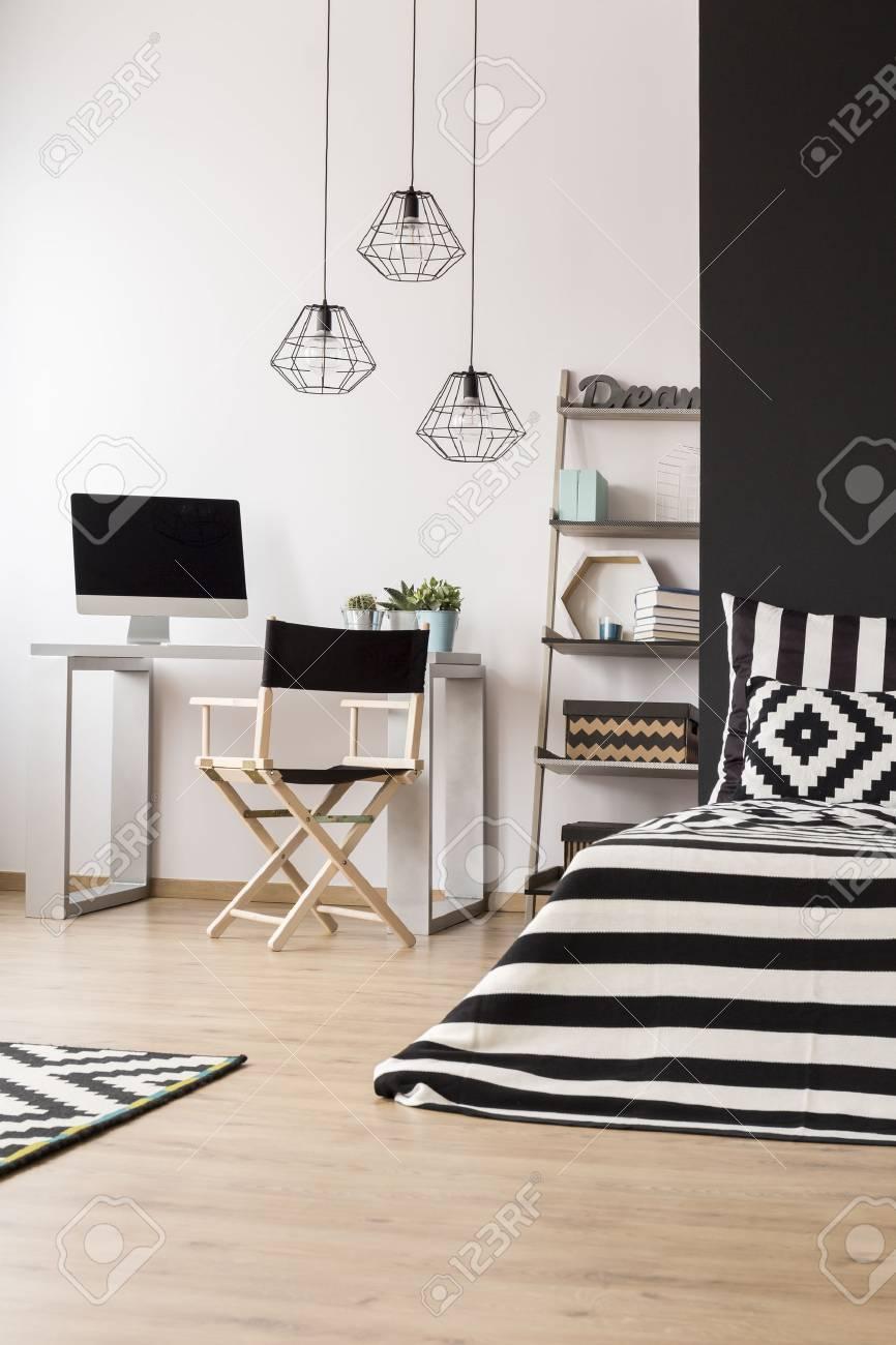 Interieur De Maison Noir Et Blanc Avec Lit Suspension Chaise
