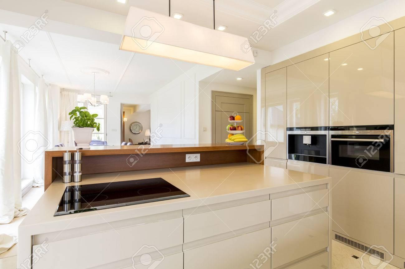 Modernes Haus Und Geraumige Offene Kuche In Beige Lizenzfreie Fotos