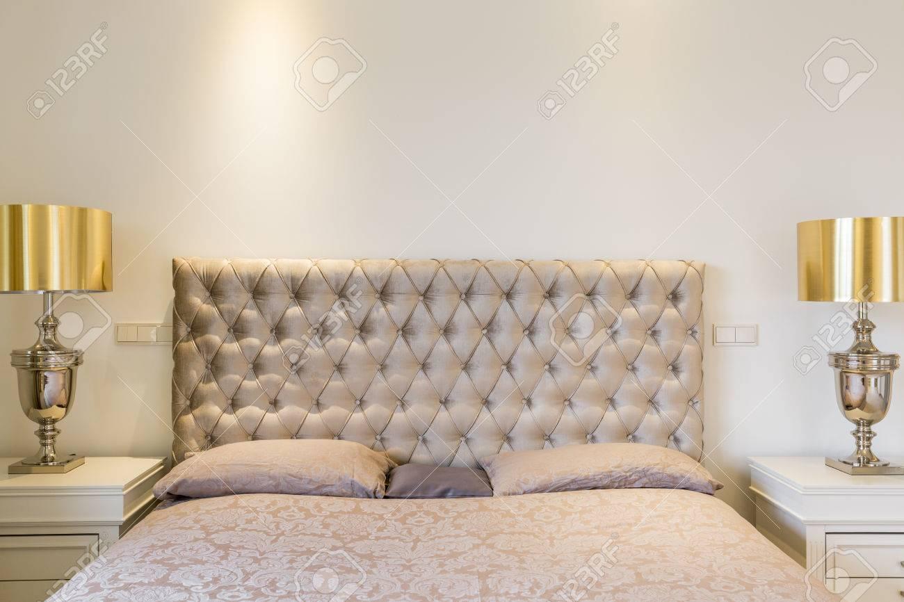 Lit Avec Tete De Lit Matelassé close-up de lit double avec tête de lit matelassé et lampes de chevet  élégantes