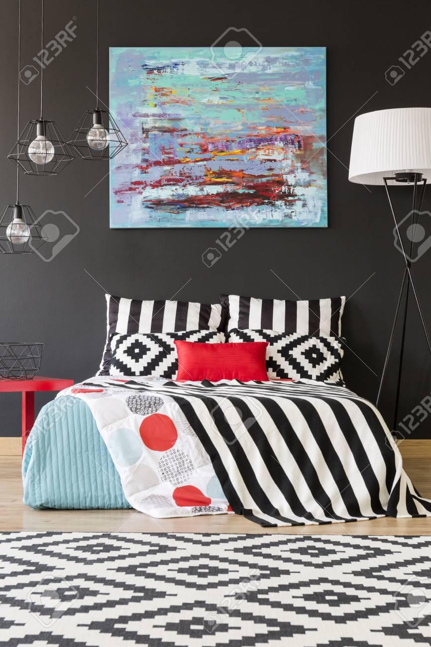 Neues Schlafzimmer Mit Schwarzer Wand, Großem Bett Und Musterdetails ...