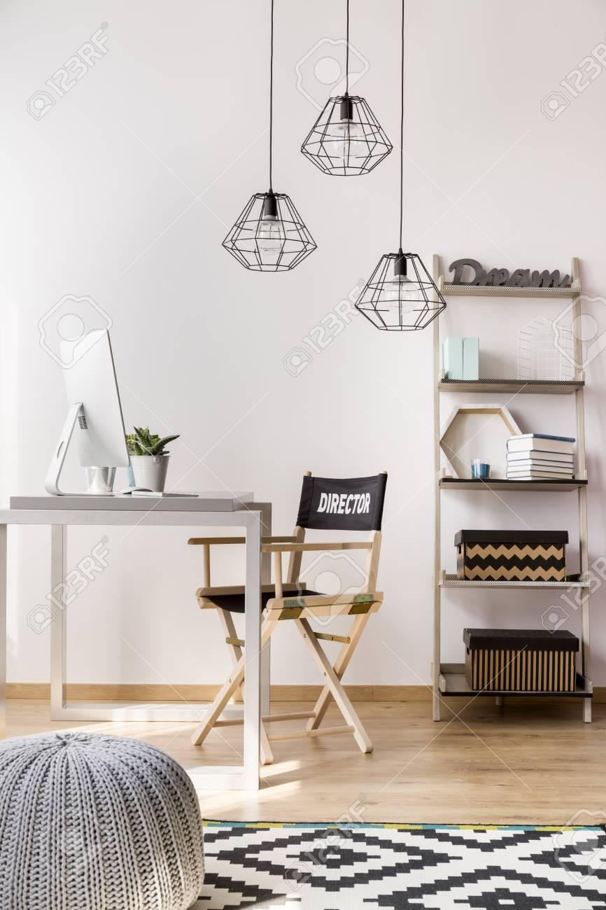 Licht Büro Zu Hause In Einem Neuen Stil Mit Einfachen Möbeln ...