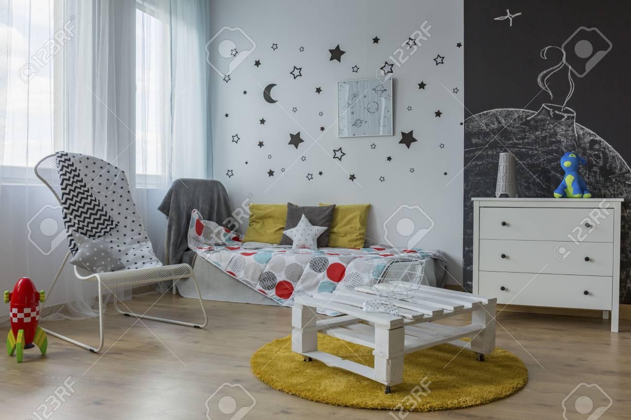 helles und geräumiges kinderzimmer mit weißen möbeln, wandtafel und
