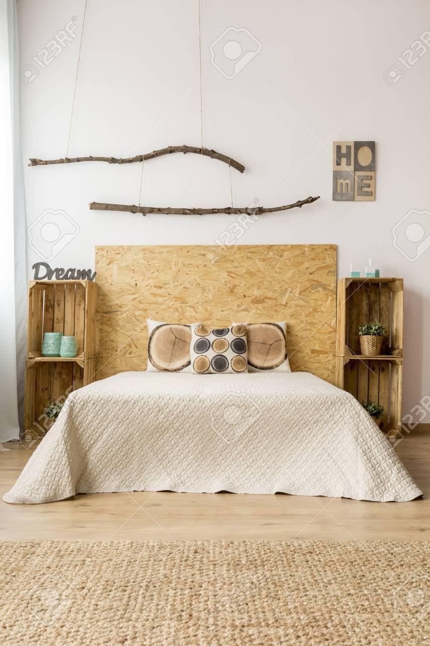 Helle Schlafzimmer Im Okologischen Stil Mit Doppelbett Diy Nachttische Und Teppich Lizenzfreie Fotos Bilder Und Stock Fotografie Image 63725327
