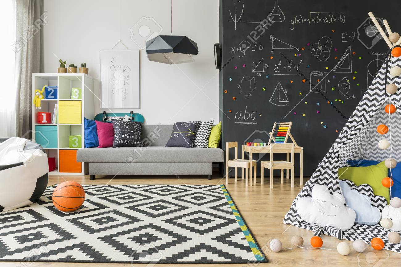 Spacieuse chambre d\'enfant noir et blanc avec fenêtre, chaise de sac,  regale, canapé, tapis, mur de tableau noir, petite table, chaises et tente  de ...