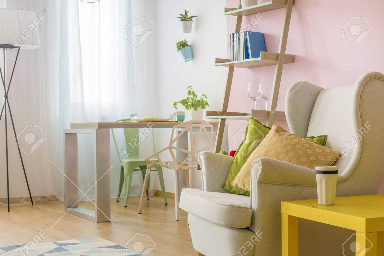 Helles Wohnzimmer Mit Sessel Gelb Kaffeetisch Moderne Tisch Und Zwei Stuhlen Lizenzfreie Fotos Bilder Und Stock Fotografie Image 63723036