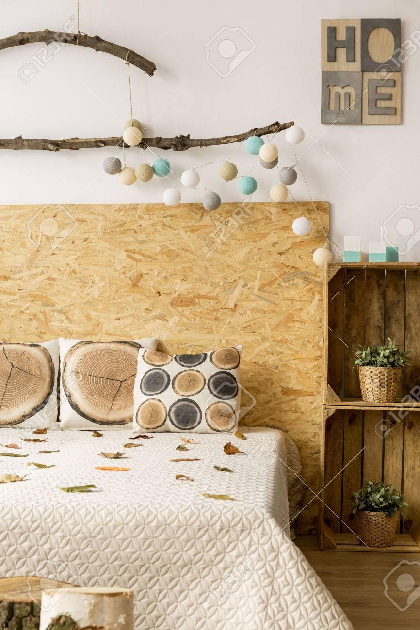 kreatives schlafzimmer mit großem bett, diy nachttisch und bio