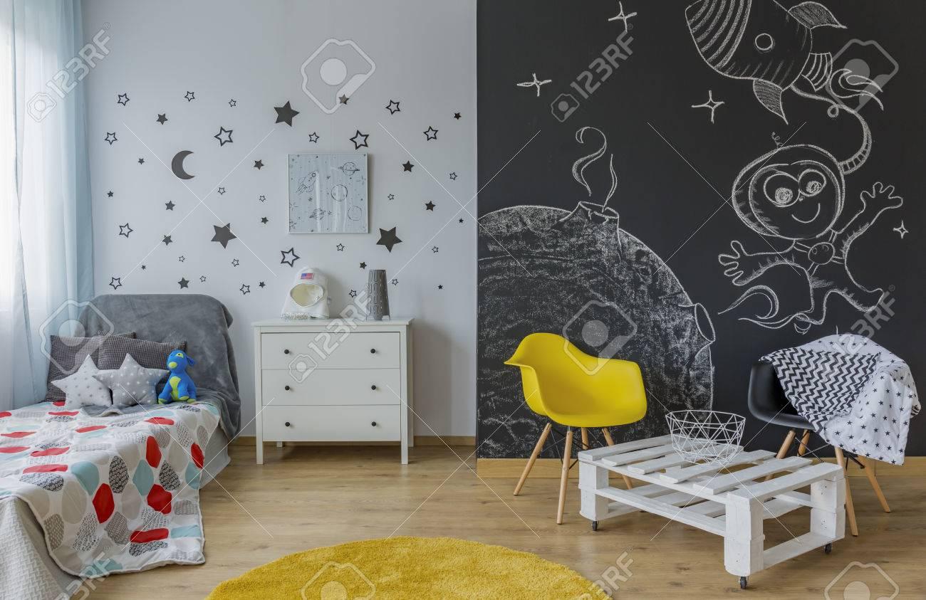 Chambre Enfant Lumiere Avec Un Lit Simple Mur Etoile Decoration Murale Tableau Noir