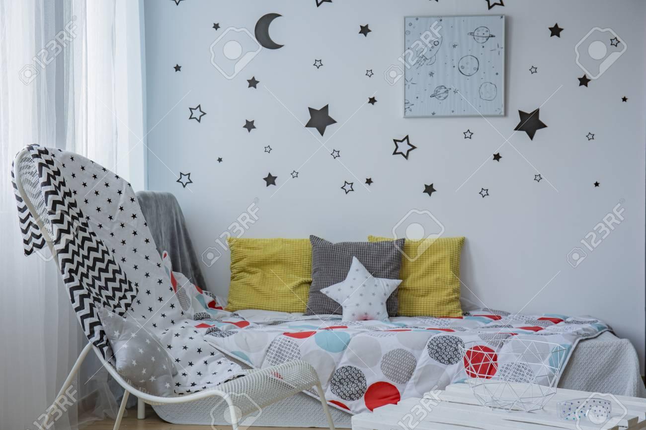Chambre Enfant Lumineuse Avec Fenetre Lit Simple Et Etoiles Sur Le Mur