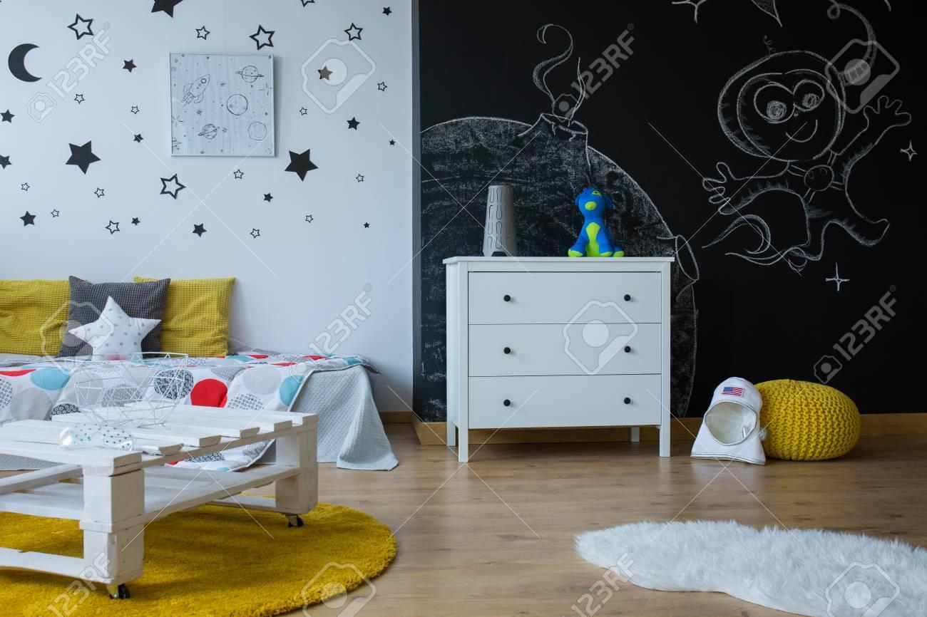 Kinderzimmer Im Zeitgenössischen Stil Mit Wandtafel, Sternen An Der ...
