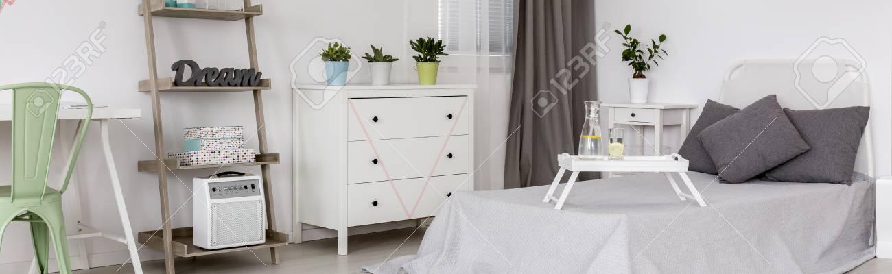 Schlafzimmer Mit Kissen Auf Dem Bett Weisse Kommode Und Dekorationen
