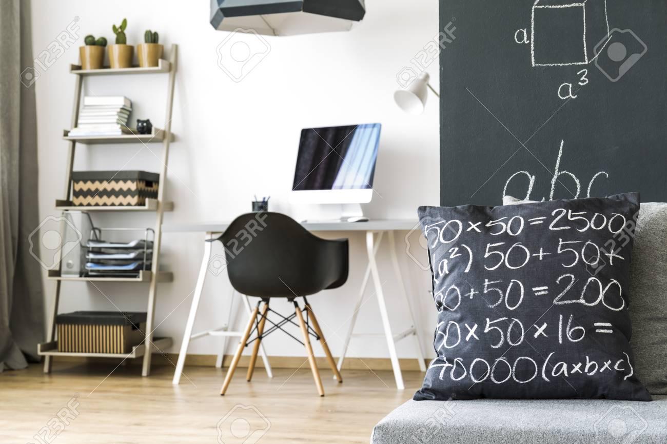 Chambre lumineuse avec regale mur bureau chaise ordinateur