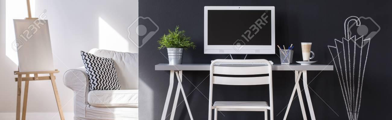 Gemutliches Zuhause Buro Mit Weissen Schreibtisch Und Computer Durch