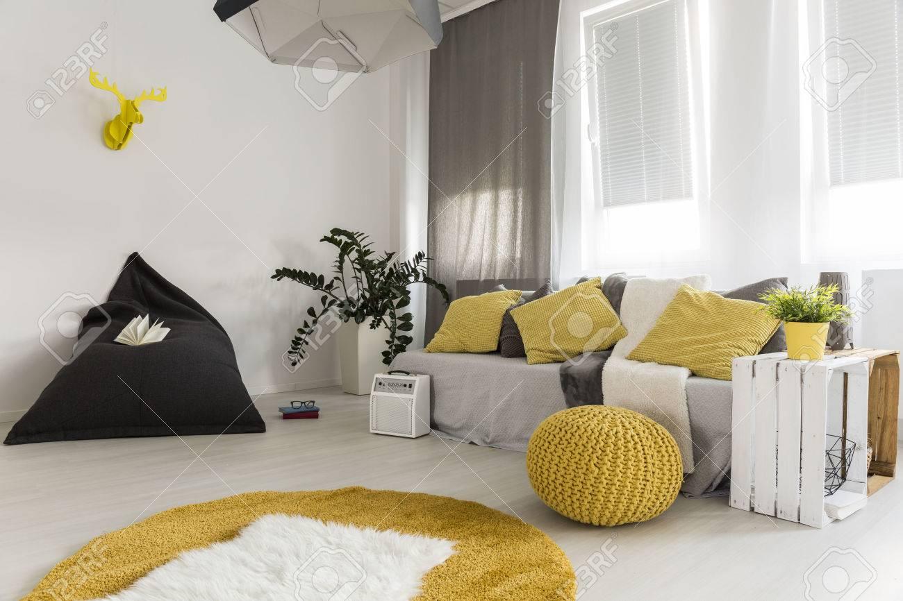 Licht Interieur Im Neuen Stil Mit Sitzsack, Teppich, Sofa, Hängende ...