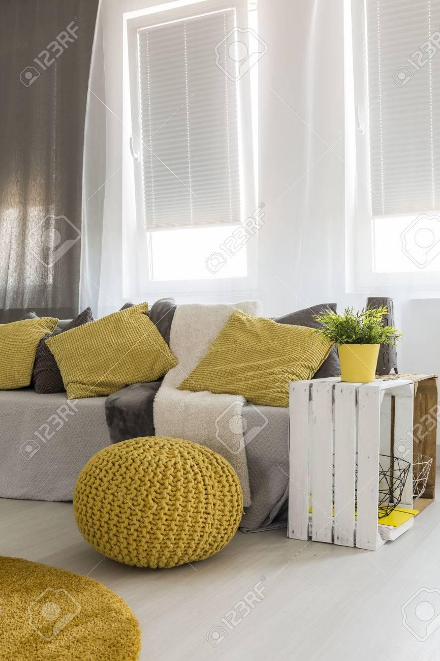helle neue art wohnzimmer mit fenster, sofa, diy-beistelltisch, Wohnzimmer