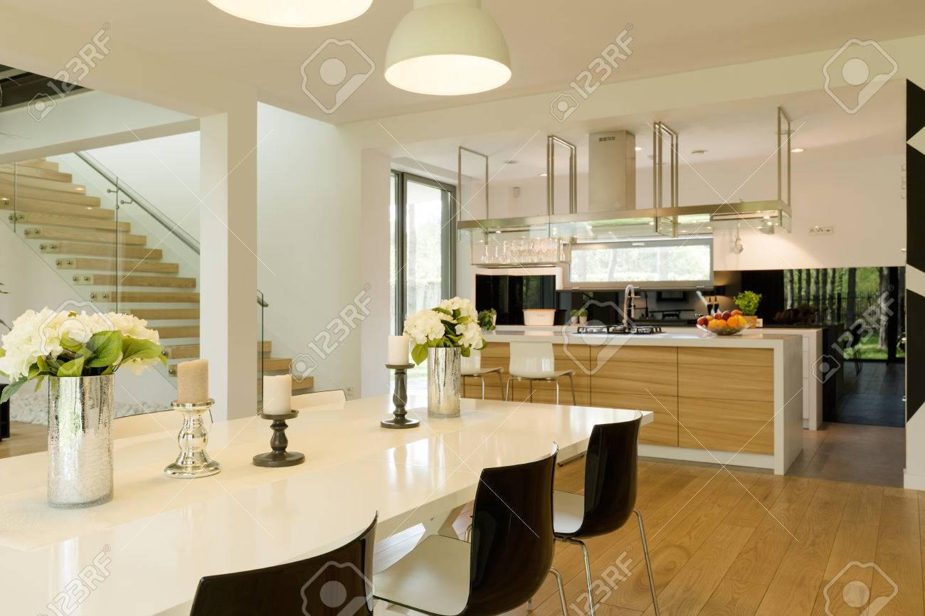 Salle A Manger Avec Table Blanche Brillante Et Chaises Modernes