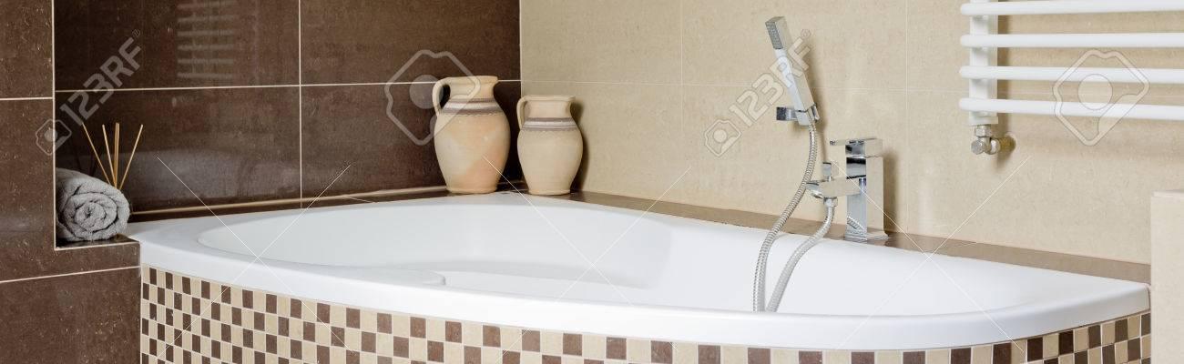 Modernes Badezimmer Mit Braunen Und Beigen Fliesen Und Einer Großen Wanne  Standard Bild   64028866