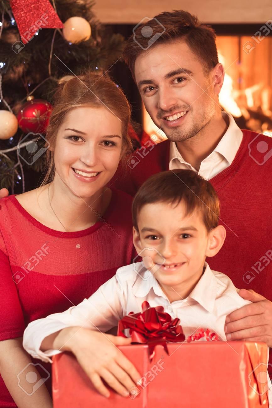 Eltern Und Kind Mit Geschenk Für Weihnachten Lizenzfreie Fotos ...