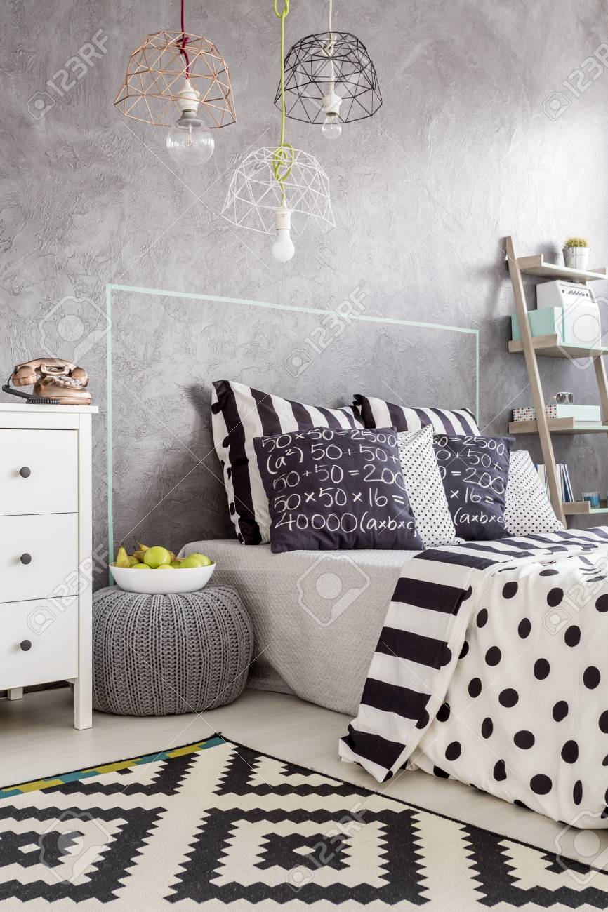 Tir tondu un intérieur confortable chambre avec tapis noir et blanc