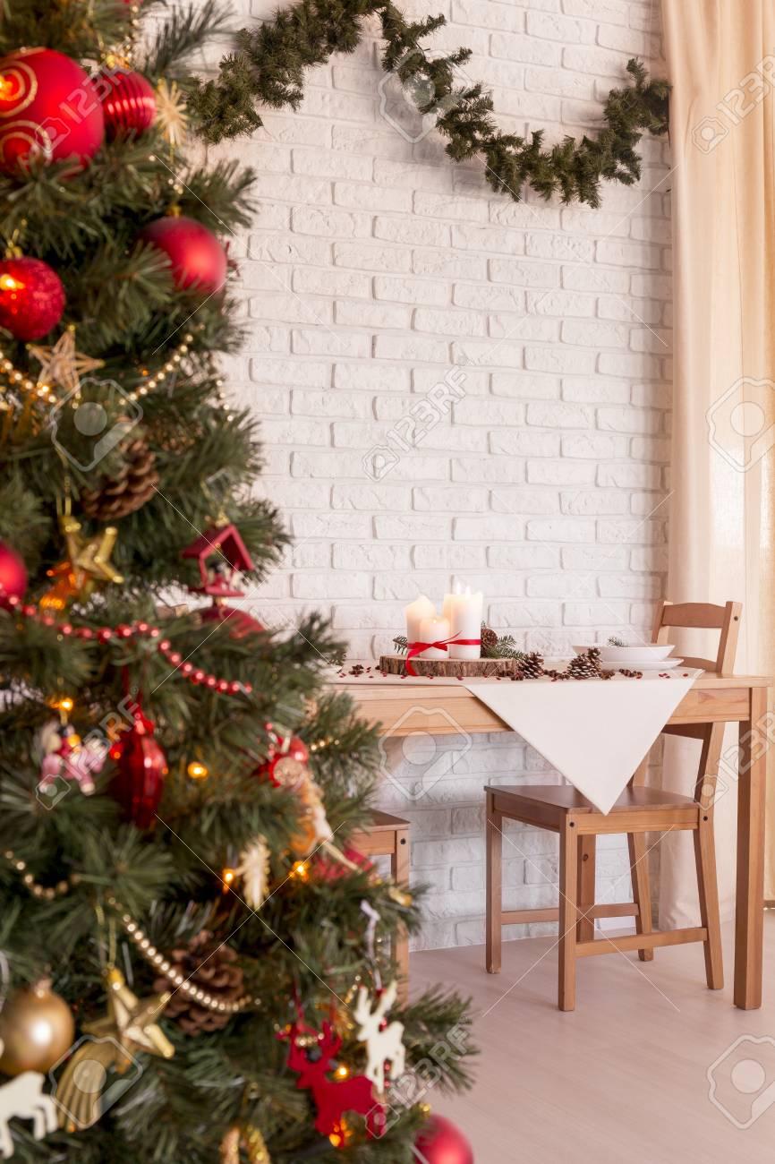 Sapin De Noel Decoration Traditionnelle sapin de noël rouge et or traditionnel dans la salle à manger lumineuse