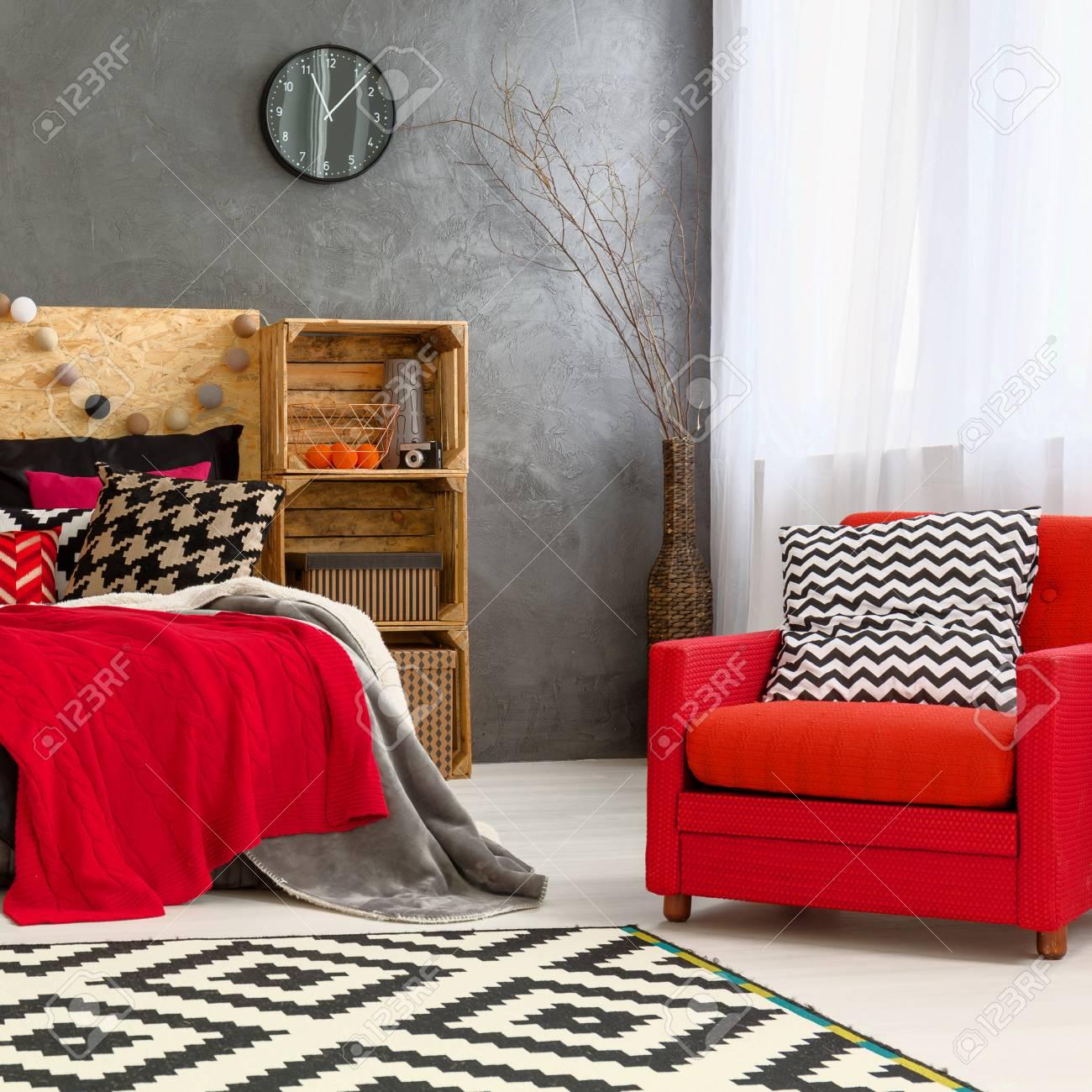 Intérieur de la chambre moderne avec décoration rouge