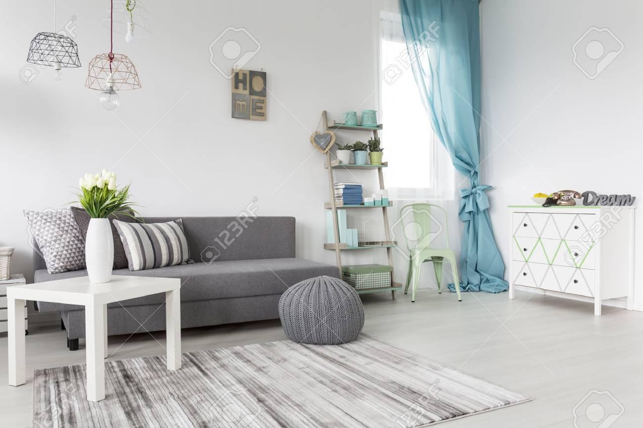 Grau Wohnzimmer Mit Minze Vorhänge Und Weiße Wände Lizenzfreie Fotos ...