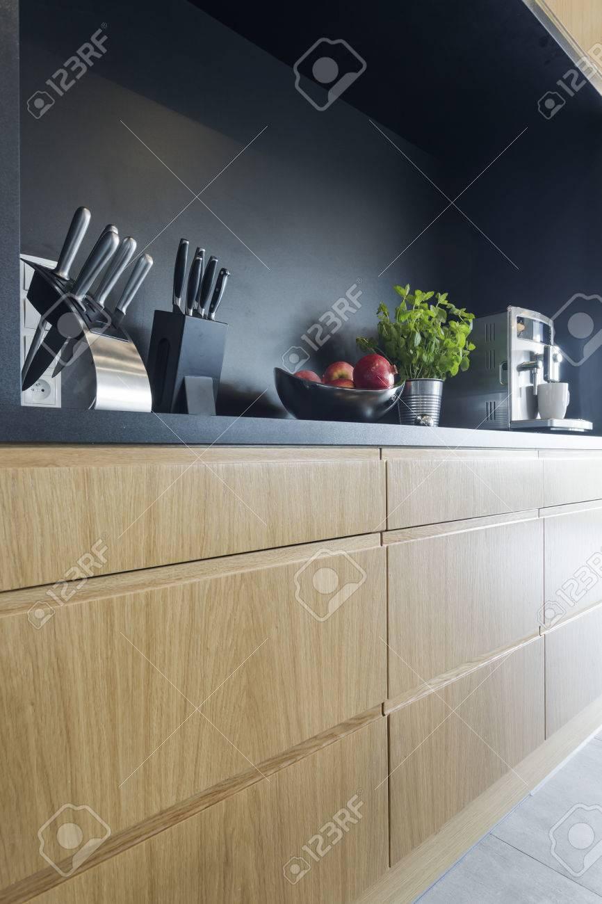 Moderne Küche Mit Schwarzen Wand Und Holzschränke Lizenzfreie Fotos ...