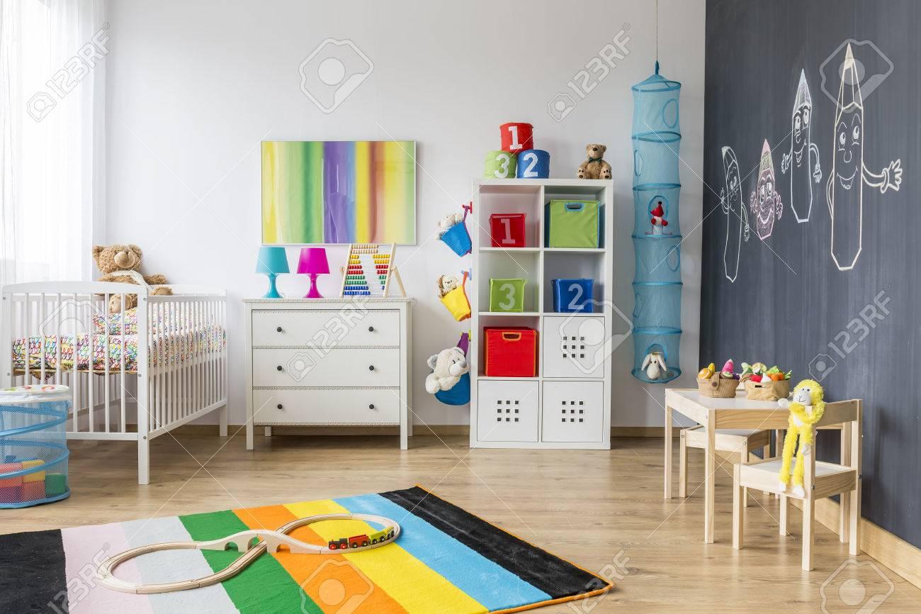 Spacieuse Chambre Colorée Enfant Avec Berceau Et Mur Tableau Noir ...