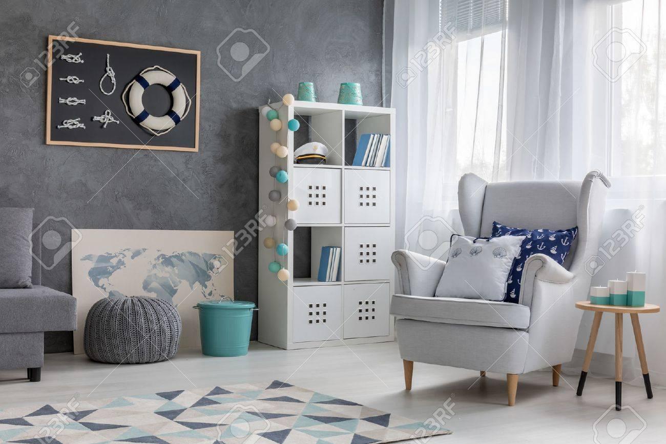 Salon contemporain chambre de style avec un décor nautique, finition  tendance murale et un fauteuil confortable